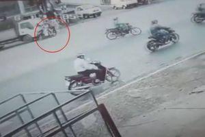 Chạy xe máy vượt đèn đỏ, người đàn ông gây tai nạn kinh hoàng