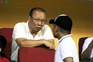Thầy Park vui vẻ trò chuyện với Quang Hải, lỗ to khi vi hành Hàng Đẫy