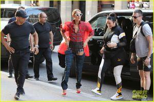 Celine Dion diện 5 bộ đồ lòe loẹt, gây chú ý trên đường phố Paris