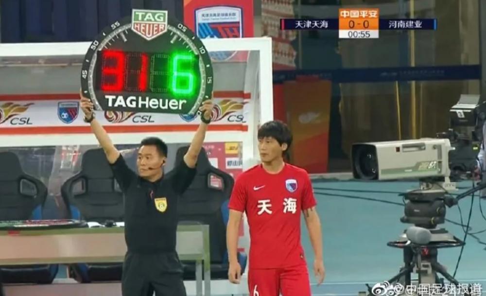 Đội bóng Trung Quốc thay người như trò hề, cầu thủ đá 15 giây bị thay ra