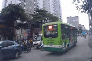 Clip: Khoảnh khắc xe điên tông hàng loạt xe máy và ô tô rồi bỏ chạy trên phố Hà Nội