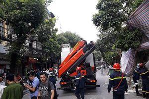 Kịp thời cứu hộ vụ sập tường nhà tại phố cổ Hà Nội