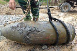 Phát hiện quả bom 'khủng' giữa dòng sông cạn nước
