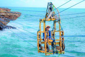 Ngồi cáp treo gỗ băng qua biển sóng dữ dội ở Indonesia