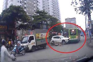 'Ôtô điên' tông cả loạt xe máy khi băng qua đường ở Hà Nội