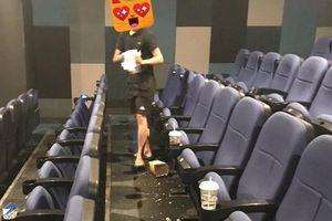 Bị nhắc vì xả rác tại rạp phim, nam thanh niên nói 'có nhân viên dọn'