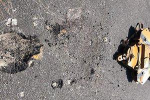 Kinh hoàng móc cẩu công trình đang thi công rơi xuống đường