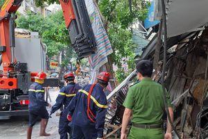 Hà Nội: Những hình ảnh mới nhất vụ sập tầng 2 ngôi nhà trên phố Hàng Bông