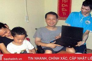 Vợ chồng khuyết tật được nhóm thiện nguyện tặng laptop để làm việc online