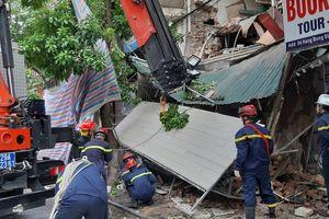 Ngôi nhà trên phố Hàng Bông (Hoàn Kiếm, Hà Nội) bất ngờ đổ sập, chưa xác định được thương vong