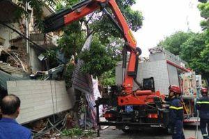 Sập nhà 2 tầng trên phố Hàng Bông, xe xúc tìm kiếm người nghi mắc kẹt
