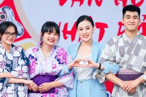 Phương Oanh – 'Quỳnh búp bê' khoe vẻ đẹp 'thần tiên tỷ tỷ' khi giao lưu với học sinh