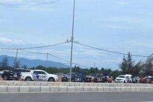 Hàng chục ô tô bán tải Nissan chặn đường đua xe trái phép ở Quảng Bình