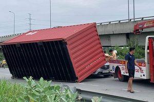 TP.HCM: Đang chạy trên đường thùng container lật xuống đường đè lên xe ô tô