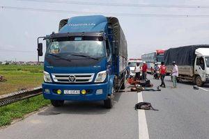 Đâm vào xe tải đậu ven đường, nam thanh niên đi xe máy bị thương nặng