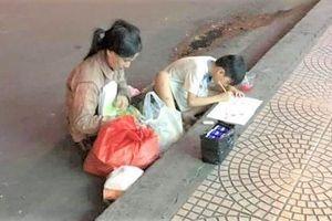 Hình ảnh người mẹ và con trai ngồi học giữa lề đường Sài Gòn gây xúc động mạnh