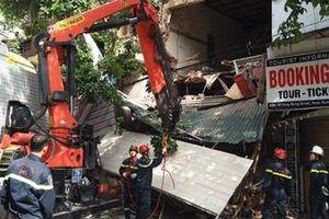 Sập nhà phố Hàng Bông, tìm người nghi mắc kẹt trong đống đổ nát