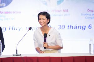 H'Hen Niê tham gia trại hè cùng 400 nữ sinh tại Vĩnh Long