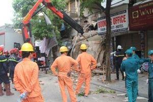 Hà Nội: Cận cảnh ngôi nhà 2 tầng bị sập trên phố Hàng Bông