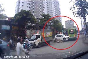 Clip: Hãi hùng cảnh xe CX5 hóa 'xe điên', tông cả loạt xe máy khi băng qua đường ở Hà Nội