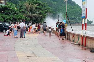 Hình ảnh du khách đổ xô ngắm sóng biển dâng cao ở Đồ Sơn
