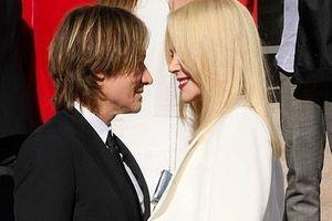 Nicole Kidman âu yếm chồng kém tuổi ở Paris Fashion Week