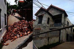 Hà Nội: Đường bê tông bất ngờ lún sâu kéo theo ngôi nhà 2 tầng