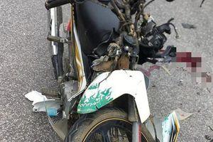 Xe máy đấu đầu xe tải trên quốc lộ, 2 người thương vong