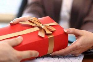 Cán bộ nhận quà tặng do 'không từ chối được', phải tổ chức bán công khai nộp ngân sách