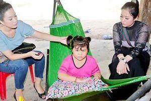 Trịnh Kim Chi nỗ lực giúp bé gái viêm não tủy