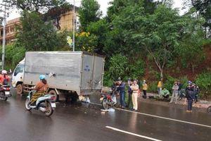Tông vào xe tải dừng trên đường, 1 cán bộ trại tạm giam tử vong