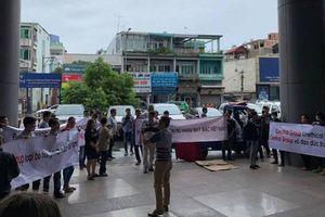Hàng trăm người đến trụ sở Central Group phản đối việc ngưng nhập hàng may mặc Việt