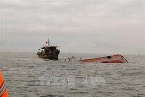 Sự cố chìm tàu tại Bình Thuận: Đã hút được khoảng 5.000 lít dầu ra khỏi tàu cá