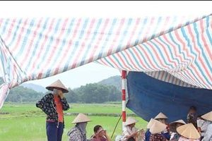 Hà Nội: Đối thoại bất thành, người dân tiếp tục chặn xe vào bãi rác Nam Sơn