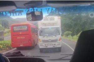 CLIP: Xe tải ngang nhiên đi ngược chiều trên Quốc lộ 20