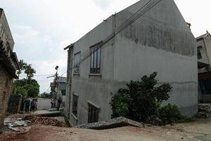 Hiện trường 'Hố tử thần' nuốt đường khiến một ngôi nhà bị nghiêng lún
