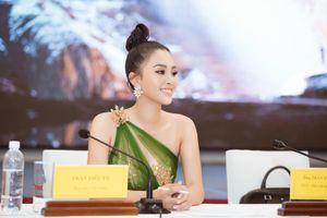 Hoa hậu Tiểu Vy đẹp quyến rũ với đầm lệch vai