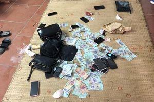 Đột kích 2 sới bạc 'khủng' ở Quảng Ninh, tạm giữ 23 người