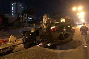 Nữ tài xế mất lái húc sập hàng rào sắt, xe lật ngửa giữa phố Hà Nội trong đêm