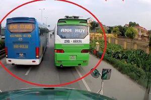 Hai xe khách ngang nhiên dừng đỗ giữa đường, không cho xe khác vượt