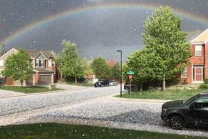 Khoảnh khắc cầu vồng xuất hiện đi kèm mưa đá tại Mỹ