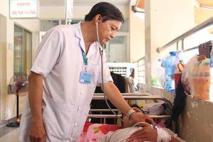 Bệnh nhân sốt xuất huyết nằm khắp hành lang