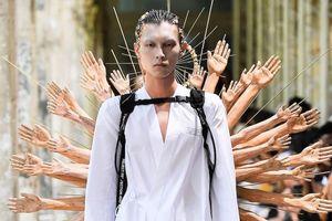 'Phật nghìn tay', suit xuyên thấu gây sốt tại Tuần lễ thời trang Paris