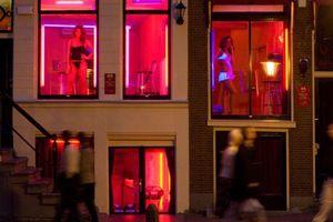 Thị trưởng Amsterdam cân nhắc đóng cửa 'phố đèn đỏ'
