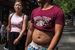 Trung Quốc cấm đàn ông vén áo, 'khoe' bụng ở nơi công cộng