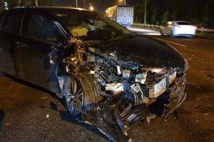 Hà Nội: Đâm vào xe tải trong đêm, ô tô 5 chỗ bẹp nát phần đầu