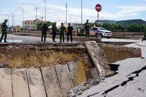Cận cảnh hiện trường sập mố cầu khiến 5 người thương vong ở Thanh Hóa.