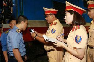 Phạt 2 nhân viên thở 'nặng mùi cồn' khi gác chắn tàu ở Hà Nội