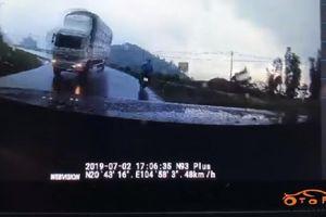 Xe tải đổ đèo 'quăng' xe máy và ô tô ngược chiều xuống rãnh