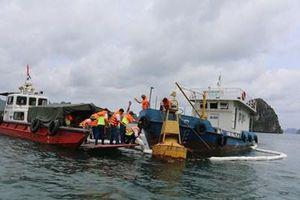 Vụ tàu chở 71 tấn dầu chìm ở đảo Phú Quý: Bơm hút 25.000 lít dầu, chuẩn bị trục vớt
